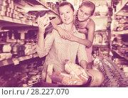 Купить «Young mother with girl choosing rice», фото № 28227070, снято 5 августа 2017 г. (c) Яков Филимонов / Фотобанк Лори