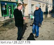 Купить «Молодой человек торгует сим-картами сотовых операторов: «МТС», «Билайн» и «Мегафон» с рук на улице», фото № 28227178, снято 20 марта 2018 г. (c) Victoria Demidova / Фотобанк Лори