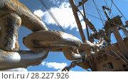 Купить «Handheld shot of massive bucket chain of dragline excavator standing on the side of the quarry against the blue sky», видеоролик № 28227926, снято 15 марта 2017 г. (c) Вячеслав Позднышев / Фотобанк Лори