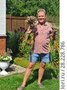 Купить «Мужчина средних лет на дачном участке», эксклюзивное фото № 28228786, снято 23 июля 2011 г. (c) Юрий Морозов / Фотобанк Лори