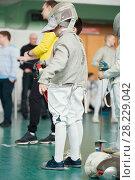 Купить «Young participant of the fencing tournament with rapier in his hands», фото № 28229042, снято 26 марта 2018 г. (c) Константин Шишкин / Фотобанк Лори
