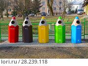 Купить «Контейнеры для раздельного сбора мусора в виде цветных карандашей. Лидзбарк-Варминьски, Польша», фото № 28239118, снято 25 марта 2018 г. (c) Ирина Борсученко / Фотобанк Лори