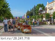 Купить «Курортный бульвар города Кисловодска. Аттракцион катание детей на автопоезде», фото № 28241718, снято 17 июля 2017 г. (c) Ирина Носова / Фотобанк Лори