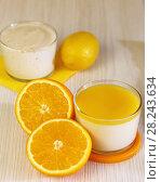 Еда. Апельсины и Панна-котта на завтрак. Итальянский молочный цитрусовый десерт из йогурта и сливок с апельсином и лимонным соком. Стоковое фото, фотограф Светлана Евграфова / Фотобанк Лори