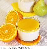 Купить «Еда. Свежие груши, апельсины и Панна-котта на завтрак. Итальянский молочный цитрусовый десерт из йогурта и сливок с грушей и апельсином.», фото № 28243638, снято 18 марта 2018 г. (c) Светлана Евграфова / Фотобанк Лори