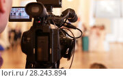 Купить «Videographer shoots people in vintage ball costumes at the historical ball», видеоролик № 28243894, снято 7 августа 2020 г. (c) Константин Шишкин / Фотобанк Лори
