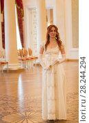 Купить «Young woman in vintage 18 centuries dresses in ballroom», фото № 28244294, снято 30 марта 2018 г. (c) Константин Шишкин / Фотобанк Лори