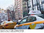 Купить «Желтое Яндекс-такси на городской улице», фото № 28244518, снято 28 марта 2018 г. (c) Victoria Demidova / Фотобанк Лори