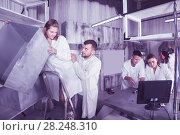 Купить «men and women solve a conundrum in the laboratory», фото № 28248310, снято 6 июля 2017 г. (c) Яков Филимонов / Фотобанк Лори