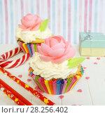 Купить «Кекс с кремом и вафлями и маленький подарок», фото № 28256402, снято 3 апреля 2018 г. (c) ирина реброва / Фотобанк Лори