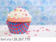 Купить «Кекс с кремом. Красочный кекс украшен сахарными сердечками.», фото № 28267770, снято 6 апреля 2018 г. (c) ирина реброва / Фотобанк Лори