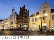 Купить «Pavement Cafes in front of old warehouse Alter Schwede, Wismar, Germany», фото № 28270754, снято 26 марта 2019 г. (c) age Fotostock / Фотобанк Лори