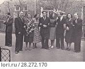 Купить «Группа молодых людей 1 мая, конец 1950-х», эксклюзивное фото № 28272170, снято 15 октября 2019 г. (c) Илюхина Наталья / Фотобанк Лори