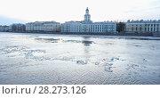 Купить «Кунсткамера в Санкт-Петербурге во время ледохода на Неве», видеоролик № 28273126, снято 7 апреля 2018 г. (c) Stockphoto / Фотобанк Лори