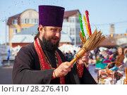 Купить «Священник кропит святой водой людей», фото № 28276410, снято 8 апреля 2018 г. (c) Иван Карпов / Фотобанк Лори