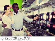 Купить «Couple selecting hob in household store», фото № 28276978, снято 21 февраля 2018 г. (c) Яков Филимонов / Фотобанк Лори