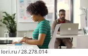 Купить «office workers with laptop computers», видеоролик № 28278014, снято 18 марта 2018 г. (c) Syda Productions / Фотобанк Лори