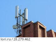 Купить «Антенны базовой станции оператора сотовой связи на крыше здания», фото № 28279462, снято 10 апреля 2018 г. (c) Алексей Букреев / Фотобанк Лори