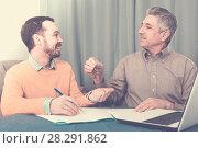 Купить «Mature man and agent occupational lease», фото № 28291862, снято 16 июля 2018 г. (c) Яков Филимонов / Фотобанк Лори