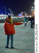 Купить «Волонтер с жезлом в руке показывает путь со стадиона. Калининград», фото № 28292414, снято 11 апреля 2018 г. (c) Ирина Борсученко / Фотобанк Лори