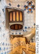 Купить «Интерьер внутреннего дворика в доме Бальо, архитектор Антонио Гауди. Барселона, Каталония, Испания», фото № 28296758, снято 8 апреля 2018 г. (c) Наталья Волкова / Фотобанк Лори