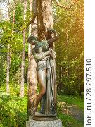 Купить «Венера Каллипига - богиня любви и красоты. Бронзовая скульптура в парке Старая Сильвия. Павловск, Россия», фото № 28297510, снято 21 сентября 2017 г. (c) Зезелина Марина / Фотобанк Лори