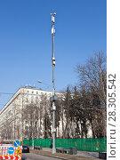 Купить «Вышка с антеннами и передатчиками на фоне синего неба в городе», фото № 28305542, снято 15 апреля 2018 г. (c) Victoria Demidova / Фотобанк Лори