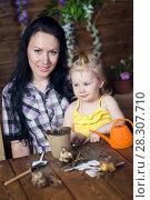 Купить «Mom and child are planting flowers», фото № 28307710, снято 14 апреля 2018 г. (c) Типляшина Евгения / Фотобанк Лори