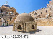The cupola in the middle of the roof of the Church of Holy Sepulchre, admits light to St Helena's crypt and dome Ethiopian Monastery in Jerusalem, Israel. Стоковое фото, агентство BE&W Photo / Фотобанк Лори