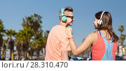 Купить «teenage couple with headphones at venice beach», фото № 28310470, снято 19 июля 2016 г. (c) Syda Productions / Фотобанк Лори