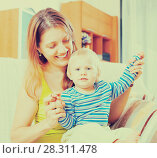 Купить «long-haired woman with toddler», фото № 28311478, снято 15 августа 2018 г. (c) Яков Филимонов / Фотобанк Лори