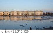 Купить «Зимний дворец в Санкт-Петербурге во время ледохода на Неве», видеоролик № 28316126, снято 18 апреля 2018 г. (c) Stockphoto / Фотобанк Лори