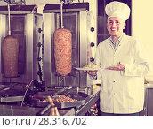 Купить «Mature man chef holding plate with freshly meat», фото № 28316702, снято 15 октября 2018 г. (c) Яков Филимонов / Фотобанк Лори