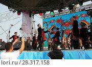 Купить «Выступление народного коллектива на сцене», фото № 28317158, снято 9 сентября 2017 г. (c) Марина Шатерова / Фотобанк Лори