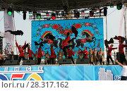 Купить «Выступление народного коллектива на сцене», фото № 28317162, снято 9 сентября 2017 г. (c) Марина Шатерова / Фотобанк Лори