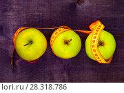 Купить «Apples and measuring tape», фото № 28318786, снято 12 апреля 2018 г. (c) Елена Блохина / Фотобанк Лори