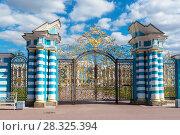 Купить «Золотые ворота Екатерининского дворца. Город Пушкин», эксклюзивное фото № 28325394, снято 3 мая 2017 г. (c) Александр Щепин / Фотобанк Лори