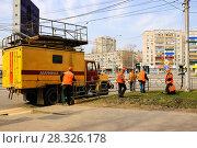 Купить «Работники электросетей устраняют обрыв проводов  город  Липецк», фото № 28326178, снято 17 апреля 2018 г. (c) Евгений Будюкин / Фотобанк Лори