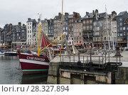 Купить «Старая гавань города Онфлер. Франция, Нормандия», фото № 28327894, снято 4 мая 2013 г. (c) Яковлев Сергей / Фотобанк Лори