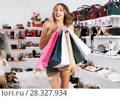 Купить «Female customer with purchases», фото № 28327934, снято 17 августа 2017 г. (c) Яков Филимонов / Фотобанк Лори