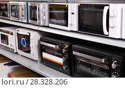Купить «Image of assortment of a kitchen microwave at household appliances store», фото № 28328206, снято 1 марта 2018 г. (c) Яков Филимонов / Фотобанк Лори