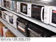 Купить «Image of assortment of a kitchen microwave at household appliances store», фото № 28328210, снято 1 марта 2018 г. (c) Яков Филимонов / Фотобанк Лори