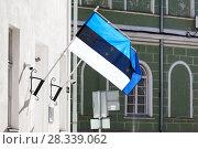 Купить «Эстонский флаг на фоне флага Евросоюза. Эстония», фото № 28339062, снято 29 марта 2018 г. (c) Кекяляйнен Андрей / Фотобанк Лори