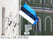 Эстонский флаг на фоне флага Евросоюза. Эстония (2018 год). Редакционное фото, фотограф Кекяляйнен Андрей / Фотобанк Лори