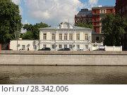 Купить «Историческое здание на Якиманской набережной», фото № 28342006, снято 23 мая 2016 г. (c) Бурухин Никита Юрьевич / Фотобанк Лори