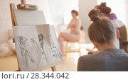 Купить «Two female artists sketching nude model in bright drawing class», видеоролик № 28344042, снято 25 сентября 2018 г. (c) Константин Шишкин / Фотобанк Лори