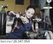 Купить «Girl master is repairing drill with help screwdriver», фото № 28347954, снято 10 октября 2017 г. (c) Яков Филимонов / Фотобанк Лори