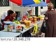 Купить «Gryazi, Russia - Aug 19. 2016. sale of fruits and vegetables on market in Russia», фото № 28348278, снято 19 августа 2016 г. (c) Володина Ольга / Фотобанк Лори
