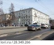 Купить «Пятиэтажный шестиподъездный кирпичный жилой дом, построен в 1953 году. Первомайская улица, 109/2. Район Восточное Измайлово. Москва», эксклюзивное фото № 28349266, снято 4 апреля 2018 г. (c) lana1501 / Фотобанк Лори