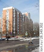Купить «Десятиэтажный панельный трёхподъездный жилой дом серии П-44Т, построен в 2001 году. 11-я Парковая улица, 25. Район Измайлово. Москва», эксклюзивное фото № 28349302, снято 4 апреля 2018 г. (c) lana1501 / Фотобанк Лори